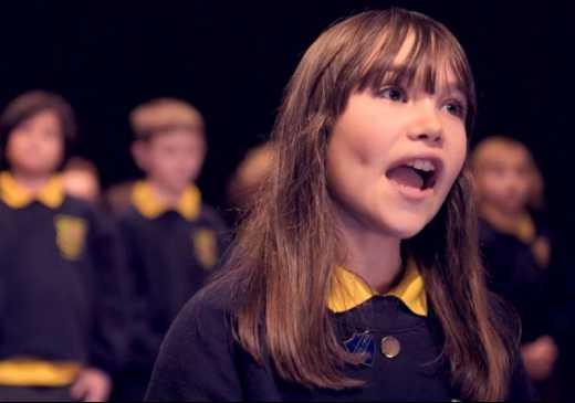 Menina autista que emocionou cantando Aleluia aos 10, ganha single